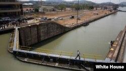 美国总统奥巴马走在拓宽后的巴拿马运河上