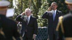 باراک اوباما و رابرت گیتس وزیر دفاع آمریکا در مراسم تودیع با وی در آخرین روز خدمتش. ۳۰ ژوئن ۲۰۱۱