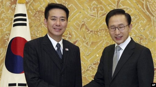 South Korean President Lee Myung-bak, right, shakes hands with Japanese Foreign Minister Seiji Maehara during a meeting at the presidential house in Seoul, 15 Jan 2011