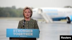 힐러리 클린턴 민주당 대통령 후보가 19일 유세일정을 위해 뉴욕 웨체스터 공항에서 전용기에 탑승하기에 앞서 주말동안 뉴욕에서 발생한 폭발사건을 규탄하는 메시지를 발표하고 있다.