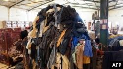 """Une pile de vêtements de seconde main au centre de recyclage du textile de l'entreprise sociale française """"Le Relais"""" à Diamniadio, au Sénégal, le 25 juin 2019"""