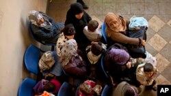 Lübnan'ın Bekaa vadisinde yardım bekleyen Suriyeli mülteciler