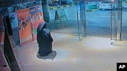 Video yang dirilis oleh polisi Abu Dhabi menunjukkan seorang tersangka perempuan yang diduga menikam guru AS hingga tewas (1/12).