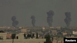 在目击者说以色列对加沙地带南部的拉法进行空袭后,浓烟高高升起。(2014年7月7日)