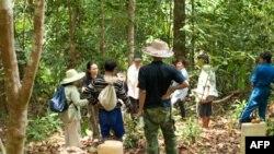 Bà Hoàng Thị Oanh Oanh đã đích thân giúp đỡ nhiều gia đình tìm lại được mộ của người thân đã qua đời tại các trại tị nạn ở Indonesia.