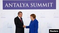 Le président turc Erdogan accueille la chancelière allemande Merkel à Antalya, le 5 novembre 2015. REUTERS/Murad Sezer
