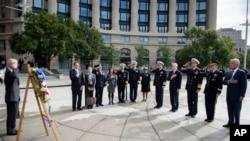 美国国防部长哈格尔和其他美军高级官员在海军纪念馆前敬献花圈
