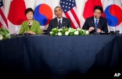 President Barack Obama, Japanese Prime Minister Shinzo Abe, and South Korean President Park Geun-hye, participate in a trilateral meeting at the US Ambassador's Residence in the Hague, March 25, 2014.