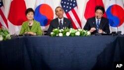 美國總統奧巴馬(中),日本首相安倍晉三(右)和南韓總統朴槿惠在荷蘭海牙舉行三國元首會議。
