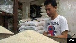 Seorang pedagang beras di Pasar Kosambi, Bandung, Jawa Barat (Foto: dok). Pedagang beras di sejumlah pasar tradisional di Solo mengeluhkan melambungnya harga beras. Pedagang mengaku jumlah pembeli dan omzet penjualan beras semakin menurun.