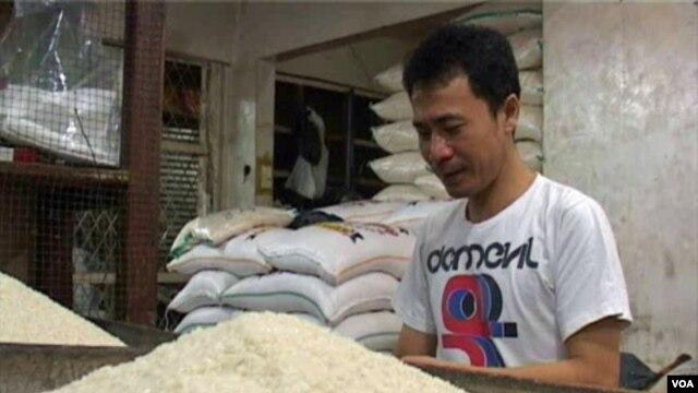 Salah seorang pedagang beras di Pasar Kosambi, Bandung, Jawa Barat (26/7). Menjelang Ramadan, harga bahan pokok termasuk beras mulai terasa.