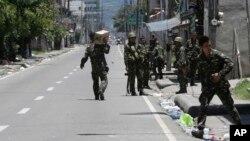 필리핀 정부군이 14일 항구도시 삼보앙가에서 순찰을 하고 있다.