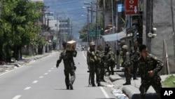 Pasukan pemerintah Filipina berpatroli di wilayah Zamboanga, Filipina selatan. Pertempuran antara militer dan pemberontak terkait Front Pembebasan Nasional Moro di wilayah tersebut telah memasuki hari ke-6, hari ini, Sabtu (14/9).