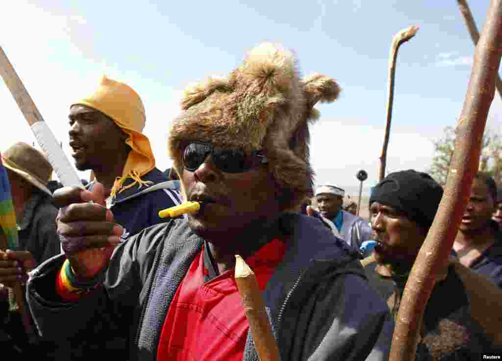 Striking miners chant slogans as they gather at the AngloGold Ashanti mine in Carletonville, northwest of Johannesburg, South Africa, October 25, 2012.