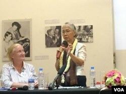 លោកស្រី ជា វណ្ណាត អ្នកវិភាគឯករាជ្យមួយរូប និងជាអ្នកនិពន្ធសៀវភៅដែលមានចំណងជើងថា A Cambodian Survivor's Odyssey ឬ ជាភាសាខ្មែរថា «ដំណើរជីវិត» ធ្វើបទបង្ហាញអំពីសៀវភៅដែលជាស្នាដៃថ្មីរបស់លោកស្រី ក្នុងរាជធានីភ្នំពេញ កាលពីថ្ងៃទី២០ ខែកក្កដា ឆ្នាំ២០១៦។ (ហ៊ាន សុជាតា/VOA)