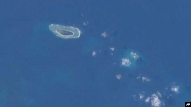 Ảnh đảo Ba Bình chụp từ Trạm không gian Quốc tế. Ba Bình là hòn đảo lớn nhất thuộc quần đảo Trường Sa, nằm cách Cao Hùng phía Nam Đài Loan khoảng 1.600 cây số về hướng Tây Nam.