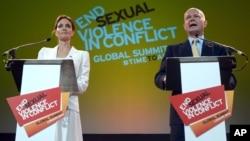 Menlu Inggris William Hague (kanan) dan aktris AS Angelina Jolie menjadi tuan rumah bersama konferensi 'Mengakhiri Kekerasan Seksual di wilayah Konflik' di London 10-12 Juni 2014.