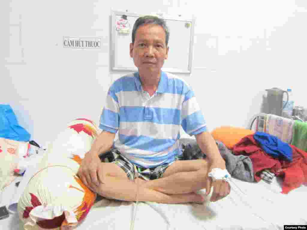 Hình ông Đinh Đăng Định vào đêm 15/02, ngay sau khi biết tin được tạm đình chỉ án tù.