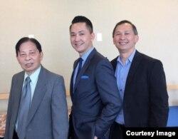 Từ trái, ông Joseph Nguyễn, thân phụ của tác giả, Nguyễn Thanh Việt, và anh trai, Tùng Nguyễn, tại buổi lễ tuyên dương ở tòa thị chính San Jose. (Hình: Nguyễn Thanh Việt cung cấp cho Người Việt)