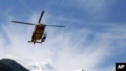 Helikopter sa spasiocima vraća se sa mesta lavine u Šamoniju, u Francuskim Alpima.