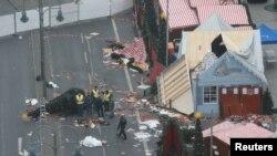 Des policiers allemand enquête sur le lieu de l'attentat à Berlin, Allemagne, le 20 décembre 2016.