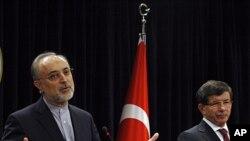علی اکبر صالحی وزیر خارجۀ ایران (چپ) همراه با همتای ترکی اش احمد داوود اغلو(راست)