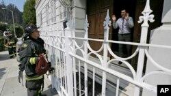 Un agent du consulat russe explique aux pompiers qu'il n'y a pas de problèmes au Consulat de la Russie à San Francisco, Russie, 1er septembre 2017.