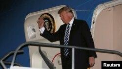 Le président américain Donald Trump arrive à bord de l'Air Force One à l'aéroport international Ninoy-Aquino à Manille, aux Philippines, le 12 novembre 2017.