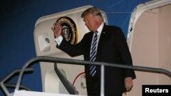 美国总统川普到达菲律宾马尼拉的尼诺·阿基诺国际机场(2017年11月12日)