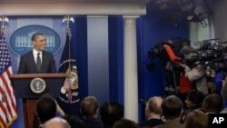 El presidente Obama es distraído por el ruido de las cámaras durante sus declaraciones sobre el presupuesto.
