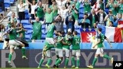 بازیکنان تیم آیرلند شمالی دومین گول پیروزی شان را جشن گرفتند.