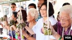 台灣總統蔡英文在星期四的傳統節日端午節期間與民眾一起包粽子。(蔡英文面書截圖)