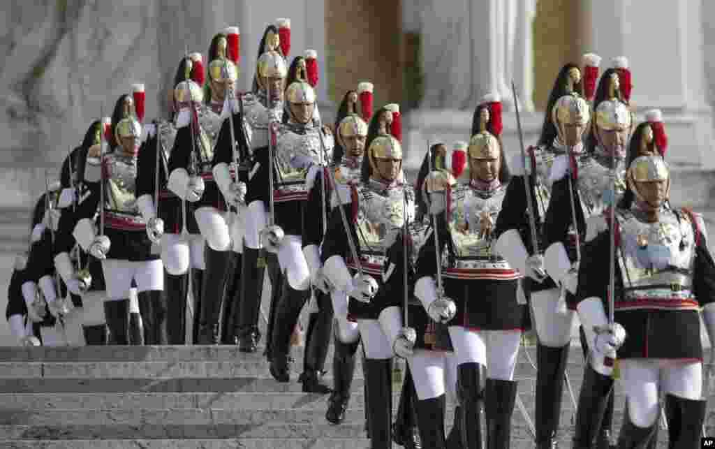 Jedinica počasne traže neposredno pred dolazak italijanskog predsjednika Giorgia Napolitana pred spomenik Neznanom vojniku u Rimu.
