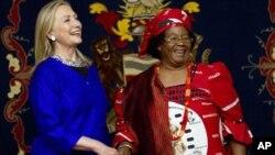 조이스 반다 말라위 대통령과 악수를 나누는 힐러리 클린턴(좌측) 미국 국무장관