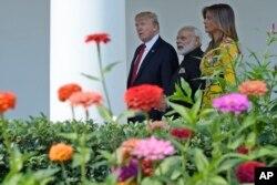 El presidente de EE.UU. Donald Trump y su esposa Melania, en la Casa Blanca luego de dar la bienvenida al primer ministro de India Narendra Modi. Junio 26, 2017.