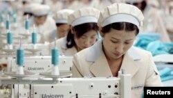 Công nhân Bắc Triều Tiên làm việc tại một nhà máy sản xuất hàng may mặc cho công ty Shinwon của Hàn Quốc tại khu công nghiệp Kaesong.