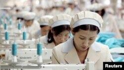 Công nhân Bắc Triều Tiên làm việc tại nhà máy sản xuất hàng may mặc của công ty Hàn Quốc Shinwon tại khu công nghiệp Kaesong.