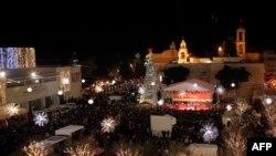 Người hành hương tập trung tại Quảng trường Máng Cỏ và Nhà thờ Chúa Hài đồng trước lễ kỷ niệm Giáng sinh ở thành phố Bờ Tây Bethlehem, ngày 24/12/2014.