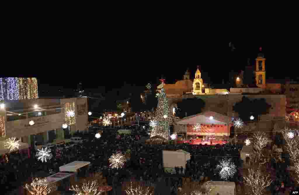 La Plaza Manger y la Iglesia de la Natividad, en la histórica ciudad de Belén, recibe a miles de personas en el día de Navidad, debido a la creencia bíblica de que en ese lugar nació Jesús.