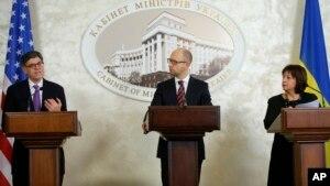 Bộ trưởng Tài chính Mỹ Jacob Lew (trái), đưa ra một thông báo với báo chí, cùng với Thủ tướng Ukraina (giữa) và Bộ trưởng Tài chính Ukraina, Kyiv, 13/11/2015.