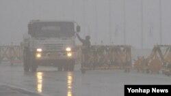 군 당국이 전방부대 경계태세를 상향 조정한 가운데 1일 경기도 파주시 통일대교에서 차량을 검문하는 병사. (자료사진)