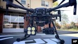 Drone buatan perusahaan China, DJI, yang dipakai oleh polisi di kota Menlo Park, California (foto: dok).