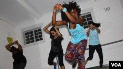 Une classe de danse à Johannesburg, Afrique du Sud. (Darren Taylor/VOA)