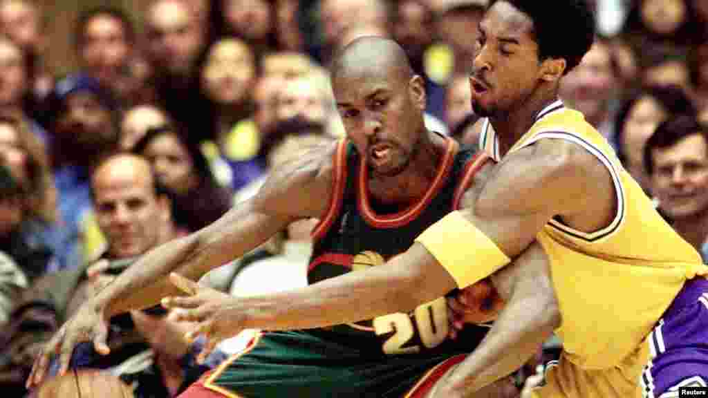 Kobe Bryant reaches in for the ball against Gary Payton
