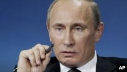 Tổng thống Nga Vladimir Putin ký bộ luật bị tranh cãi này sau khi luật đã được Quốc hội thông qua trong tháng