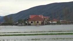 Shpërndahen ndihma për të dëmtuarit nga përmbytjet