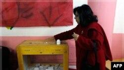 Єгиптянка голосує в Каїрі