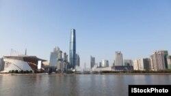 位于广州珠江畔海心沙广场的广州西塔。