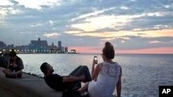 گردشگران درحال عکس گرفتن در هاوانا، کوبا – ۲۸ آذر ۱۳۹۳ (۱۹ دسامبر ۲۰۱۴)