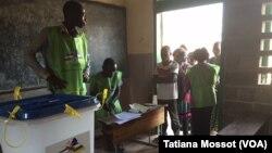 Dans le quartier Combattant de Bangui, le vote a commencé avec 15 minutes de retard, mais on note très peu de participation alors que c' est l'un des grands centres de vote de la ville. 13 décembre 2015. (VOA Afrique/Tatiana Mossot)